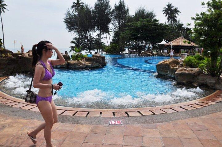 Pengunjung resort di Lagoi cenderung warga Negeri Singa. Katanya, ada pelabuhan kapal fery yang langsung menghubungkan Singapura dengan Lagoi. Saya sih belum lihat langsung. Yang menarik, dari hasil obrolan: ada lho turis Singapura yang tidak tahu jika ada kehidupan lain di luar resort, dan tidak tahu jika ada bandar udara di Bintan.