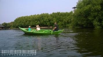Kalau dilihat-lihat, seru juga ya kayaknya pakai perahu dayung, bertualang di danau yang di kelilingi hutan bakau. Tapi siap-siap olahraga lengan sih.