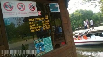 Kalau mau keliling danau, Kamu bisa memilih pakai perahu motor, perahu dayung, atau kano. Harga dan fasilitasnya tentu berbeda.